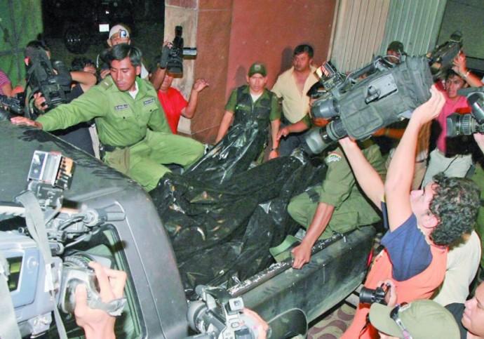 Tres cuerpos ensangrentados salían recién del hotel Las Américas entrando la noche del 16 de abril de 2009 / ARCHIVOS WEB