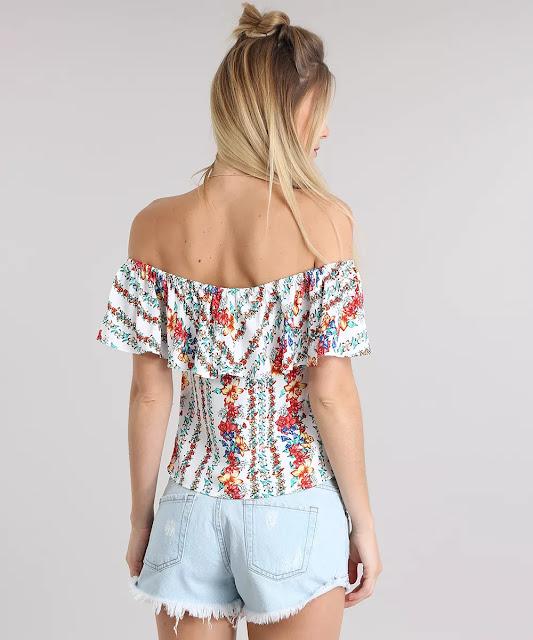 O decote com cordão de ajuste é ombro a ombro com elástico embutido. As mangas curtas têm babado. Com essa blusa você irá arrasar