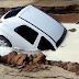 Cratera 'engole' carro de enfermeira em estacionamento de hospital em Teixeira de Freitas-BA