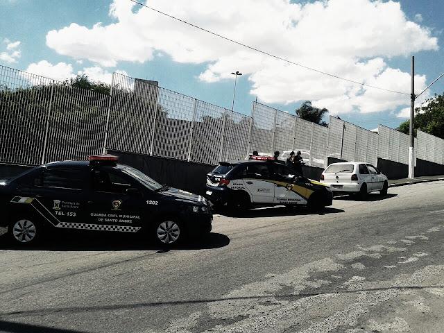 GCMs de Santo André lotados na 1º Inspetoria localizam veículo produto de roubo próximo a favela da Tamarutaca