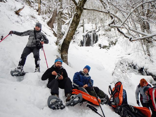 Группа туристов зимой на фоне водопада Кейву