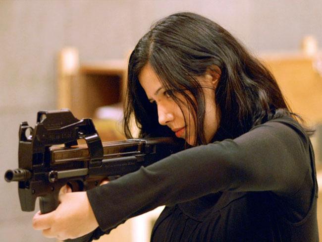 Jalila com uma arma usada durante os testes com a 'pele'