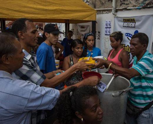 """En fotos: """"Sancocho comunal"""" dio de comer a vecinos del barrio La Unión en Petare"""