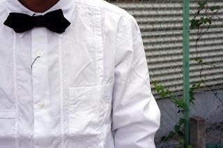 キャップに合わせた蝶ネクタイは迷彩柄