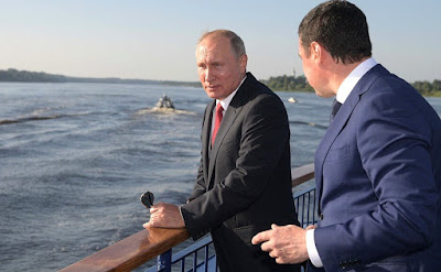 On board the Russia river cruise ship, Vladimir Putin saw the latest product of Yaroslavl's Paritet company – hydrofoils. With Yaroslavl Region Acting Governor Dmitry Mironov.