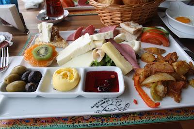 Leman Kültür'de kahvaltı tabağı