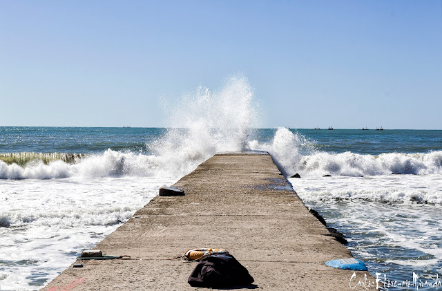 el mar rompiendo sobre la escollera