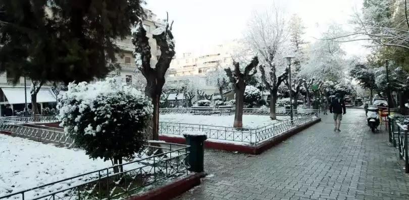Χιονίζει τώρα στην Αθήνα