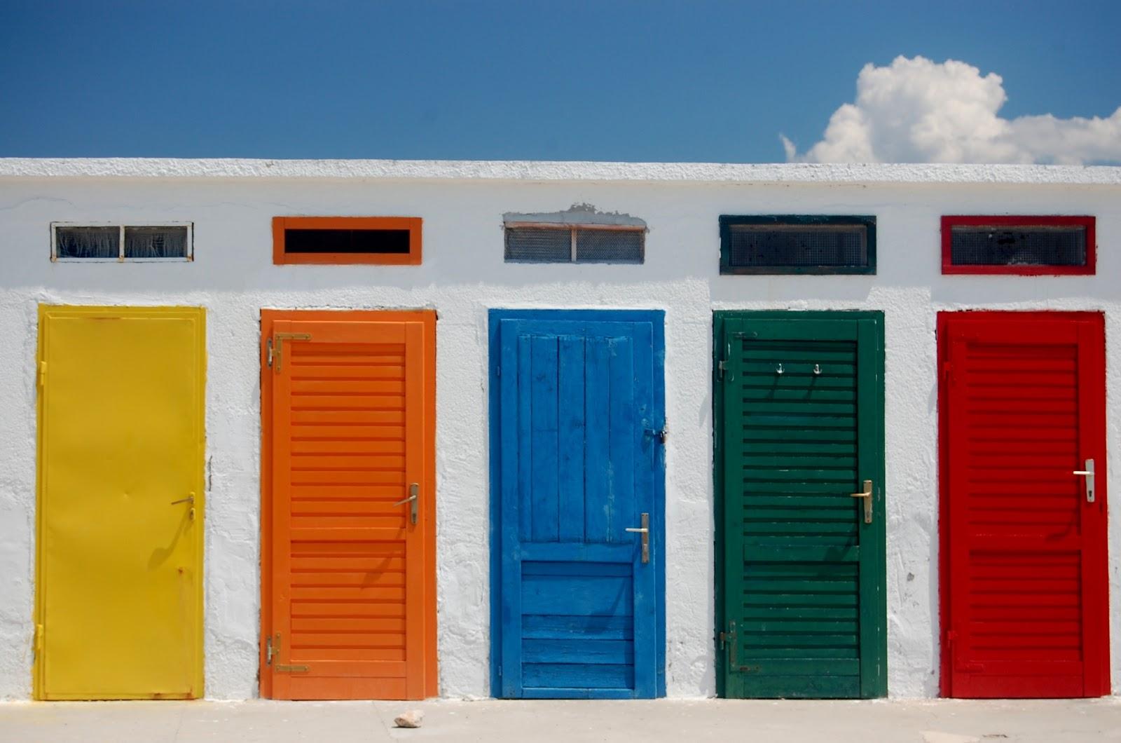 色鮮やかな黄と橙と青と緑と赤の五つのドアが並んでいる