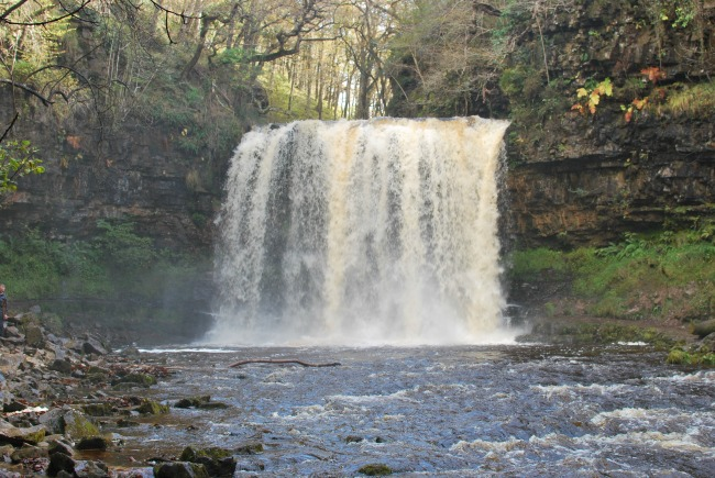 image-of-mgwd-yr-eira-water-falling-over-rock-nd-splashing-at-the-base.
