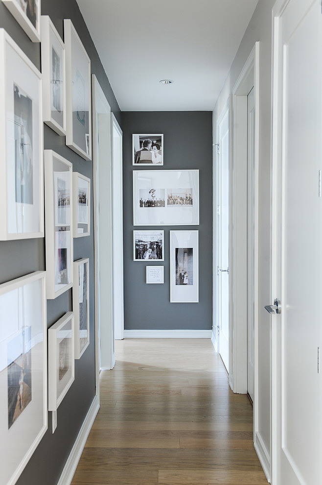 pasillo en tonos grises con marcos blancos
