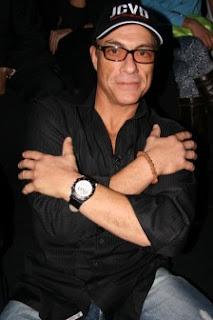 bintang film Van Damme dengan gelang jenitri
