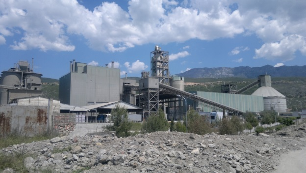Tragedy in Elbasan, workers covered by cement, one dies