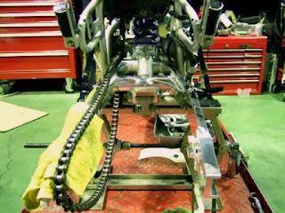 XR100モタードGクラフト トリプルスクエアスイングアームを車体にドッキング