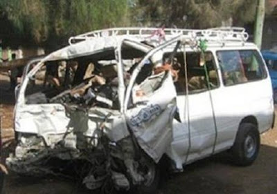 اصابة 10 اشخاص في تصادم سيارتين بسوهاج
