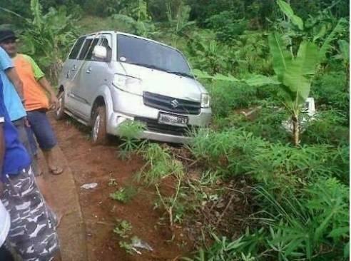 Mobil Tersesat Masuk Areal Pemakaman Tanpa Jejak Ban