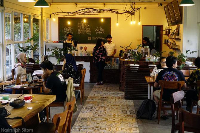 Keramaian di kedai kopi Ivy sampai malam hari