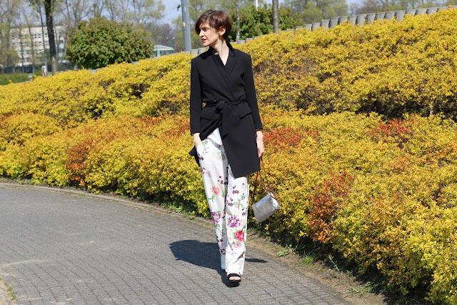 pijama pants, piżamowe spodnie, piżamowy trend, porady stylistki, stylistka, stylistka poznań, hot trend 2017, trendy, trend wiosna, na wiosnę, spodnie w kiaty, metaliczna torebka, kwieciste spodnie, klasyczna marynarka, personalstylist,