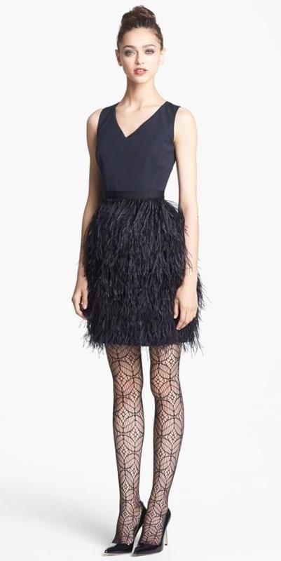 Vestido com plumas curto preto para convidada