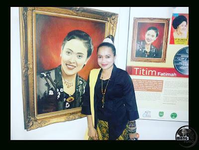 FOTO Lurah Yuli Merdeka Wati Sinden Subang berlatar Lukisan Titim Fatimah Maestro Sinden Subang.