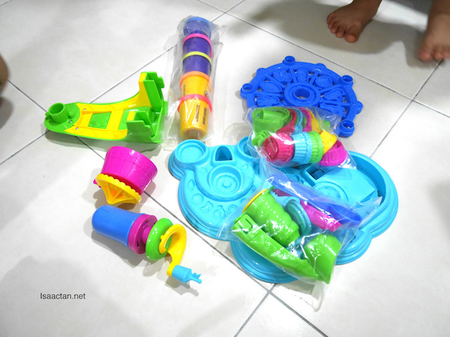What's inside of the PLAY-DOH Cupcake Celebration Playset?