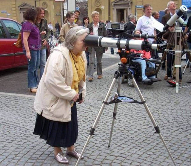14 Hilarious Photos That Stand For The Real Definition Of Weird - What is grandma trying to find