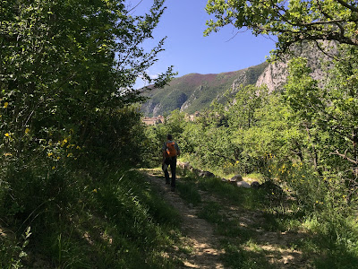The trail between Anversa degli Abruzzi and Castrovalva