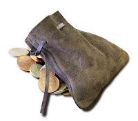 Bozuk paralar üzerindeki deriden yapılmış eski bir para veya altın kesesi