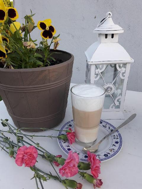 kwiat w ogrodzie latte machiato na tarasie przy świeczce