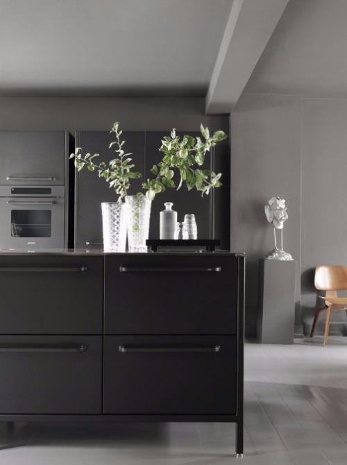 Schwarze Modulküche mit großen Schubladen