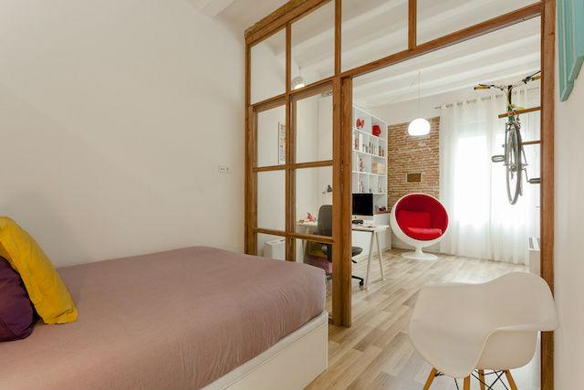 dormitorio con puerta corredera de cristal y madera