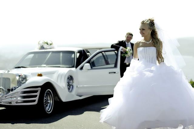 Свадебные фотографии: фотосъемка на фоне лимузина