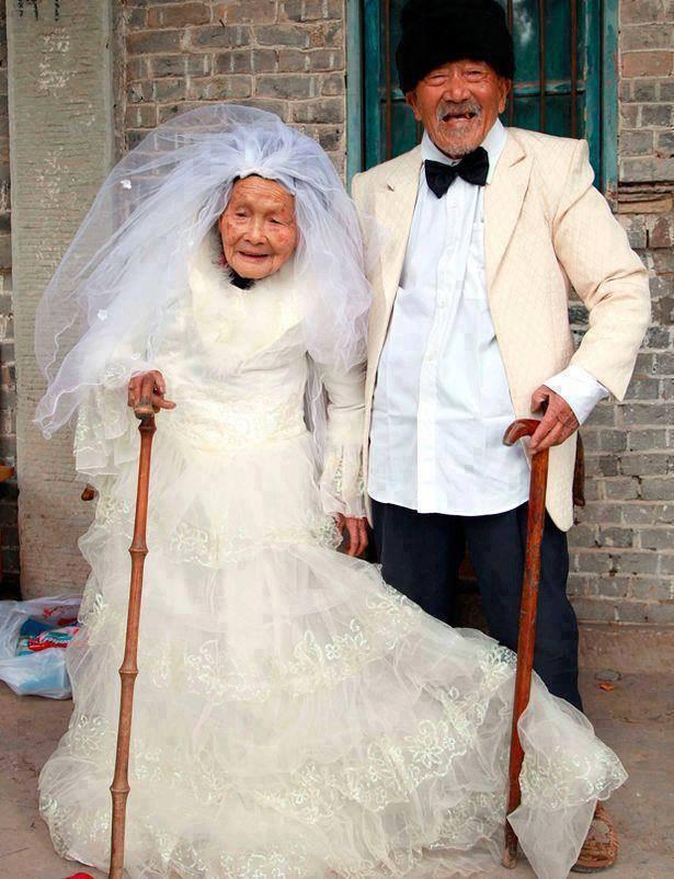 k@Wu Conghan, 101 years old, and wife Wu Sognshi, 103 years old. They've been married 88 years and decided to get a new wedding photo this past year.