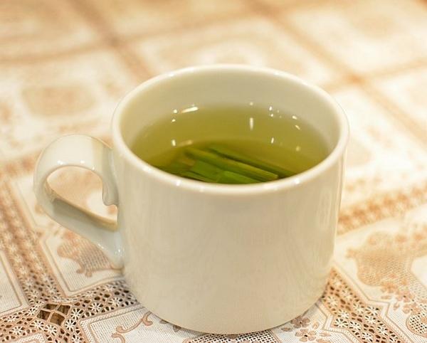 Teh hijau berasal dari daun tumbuhan Camellia sinensis yang diolah dengan metode pengukusa Inilah 25 Khasiat Teh Hijau: Meningkatkan Daya Ingat, Menurunkan Berat Badan, Mencegah Kanker, dll