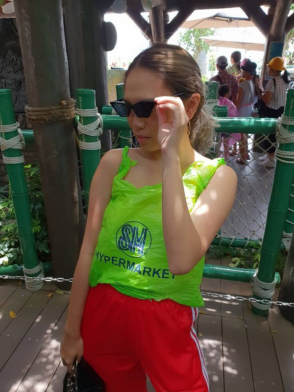 Pinay's SM plastic bag 'blouse' turns heads at Ocean Park Hong Kong