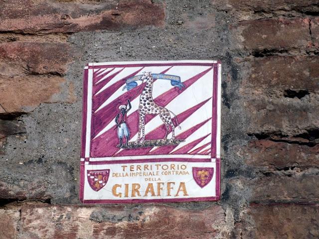 placas de contrada en Siena