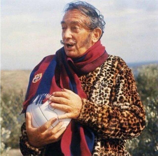 Salvador Dalí era aficionado a fútbol y acá lo vemos con su bufanda del Barcelona F.C.