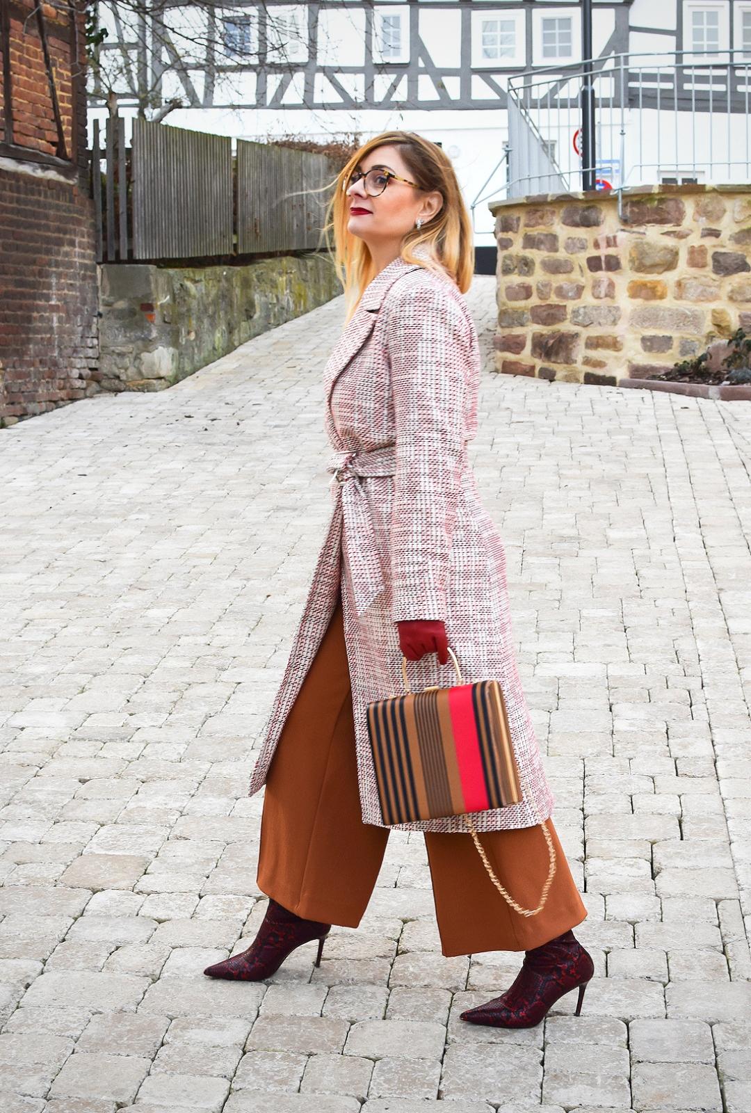 Outfit mit Mantel und weiter Hose, Mustermix, Bürolook