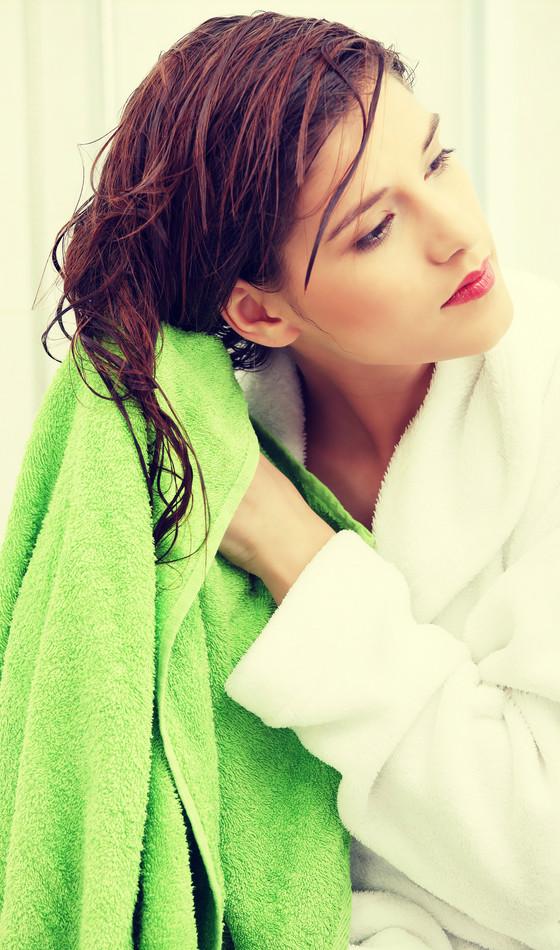 enxugar cabelo com toalha frizz