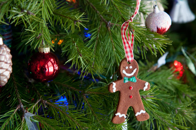Lots of fun treats, crafts, activities and books to throw a gingerbread man themed classroom holiday party!