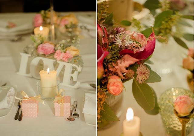 Pastelowe, różowe ozdoby na stołach weselnych.
