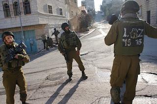 tentara israel di jalanan kota hebron