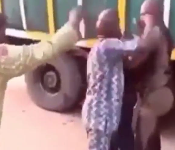 Video: Truck driver beats up policeman, runs away with his gun