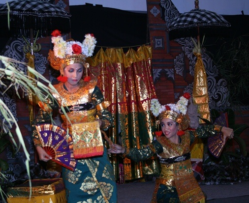 Legong Kraton or Legong Lasem is ane of the traditional Balinese trip the low-cal fantastic toe BaliBeaches: Legong Keraton Dance Bali & Gamelan Semar Pagulingan