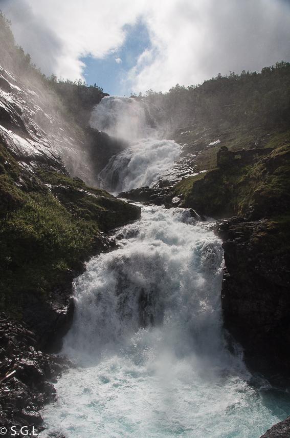 Cascada Kjosfosse en el tren de Flam. El tren de Flam y la excursion Norway in a nutshell