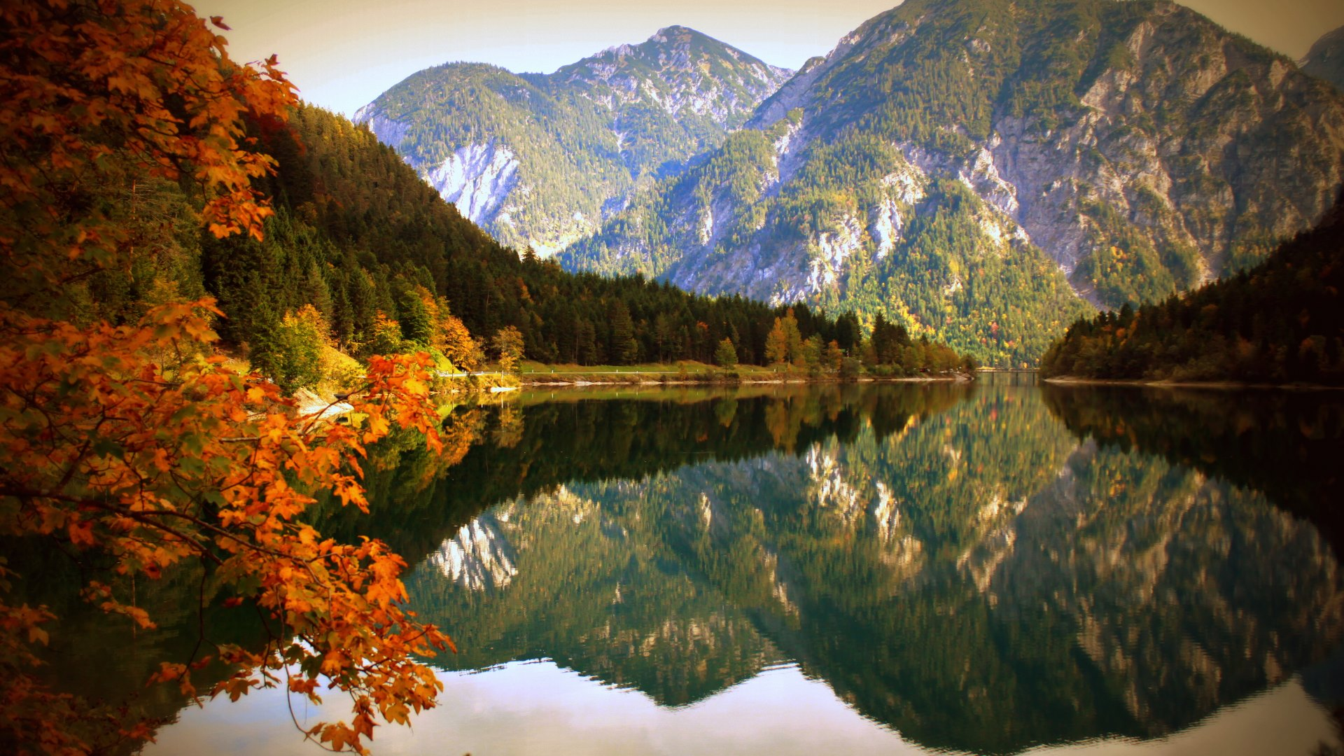 Wallpaper: Nature Lake and Mountains in Autumn