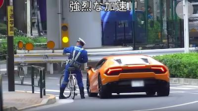 Keren! Polisi di Jepang Ini Kejar Pengendara Lamborghini Pakai Sepeda