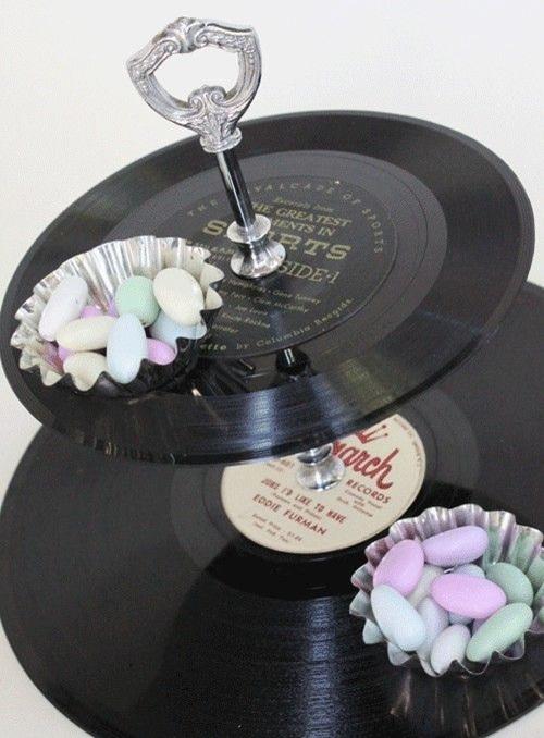 20. Piringan hitam (vinyl record) dimanfaatkan sebagai nampan saji.