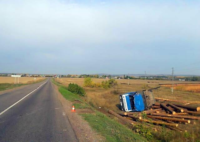 У грузовика с брёвнами отказали тормоза: есть пострадавшие