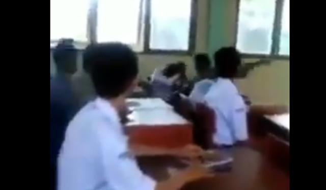 Sebuah video diduga seorang oknum guru memukuli siswanya di dalam kelas dengan cara membabi buta. Ironisnya, aksi ini dilakukan di ruangan kelas disaksikan siswa yang lain.
